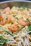 Feche acima de Fried Noodle com estilo tailandês do camarão fotos de stock