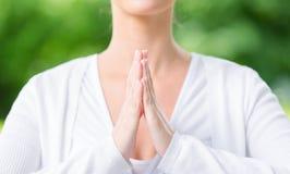 Feche acima de gesticular da oração da mulher foto de stock