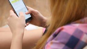 Feche acima de handheld da mulher que datilografa uma resposta no smartphone filme
