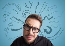 Feche acima de homem confuso com vidros contra o fundo azul com gráficos da seta Fotografia de Stock Royalty Free