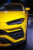 Feche acima de Lamborghini Urus amarelo fotos de stock royalty free