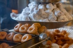 Feche acima de Mini Donuts no vintage que frita a máquina foto de stock royalty free