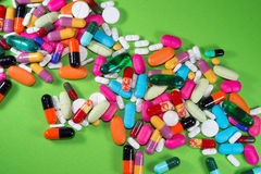 Feche acima de muitos comprimidos coloridos Fotos de Stock Royalty Free