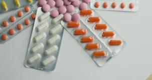 Feche acima de muitos comprimidos e drogas de giro diferentes Medicina, comprimidos e tabuletas com giro dos blocos de bolha Fim  vídeos de arquivo
