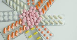 Feche acima de muitos comprimidos e drogas de giro diferentes Medicina, comprimidos e tabuletas com giro dos blocos de bolha Fim  filme