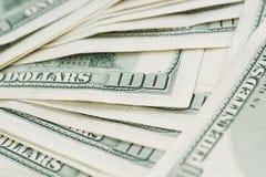 Feche acima de 100 notas de dólar dos E.U. Fotos de Stock