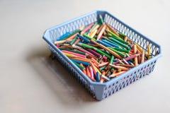 Feche acima de p colorido diferente, usado, sem corte, maçante e apontado imagens de stock