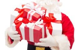 Feche acima de Papai Noel com caixas de presente Imagem de Stock Royalty Free