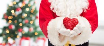 Feche acima de Papai Noel com forma do coração Imagens de Stock Royalty Free