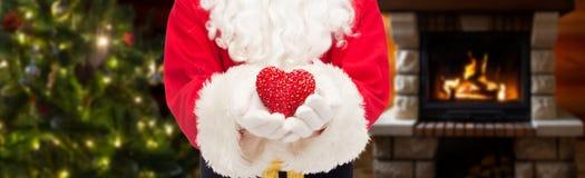 Feche acima de Papai Noel com forma do coração Fotos de Stock Royalty Free