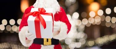 Feche acima de Papai Noel com presente do Natal Foto de Stock Royalty Free