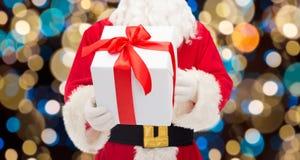 Feche acima de Papai Noel com presente do Natal Imagem de Stock Royalty Free