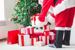 Feche acima de Papai Noel com presentes Fotos de Stock