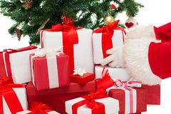 Feche acima de Papai Noel com presentes Fotos de Stock Royalty Free
