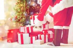 Feche acima de Papai Noel com presentes Imagens de Stock