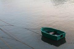 Feche acima de para baixo veem no barco verde no porto no por do sol Foto de Stock Royalty Free