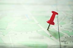 Feche acima de Pin Marking vermelho em um mapa branco verde fotos de stock