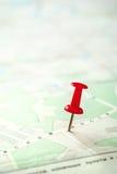 Feche acima de Pin Marking vermelho em um mapa branco verde imagem de stock