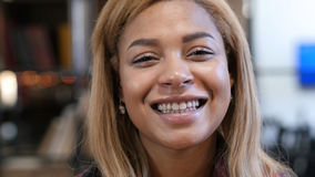 Feche acima de rir a mulher afro-americana nova foto de stock royalty free