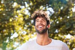 Feche acima de rir o homem considerável com barba fora na natureza foto de stock royalty free