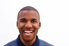 Feche acima de rir o indivíduo preto novo no fundo branco imagem de stock royalty free