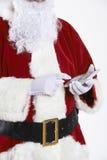 Feche acima de Santa Claus Holding Calculator imagem de stock