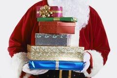 Feche acima de Santa Claus Holding Pile Of Gift envolveu presentes imagem de stock