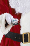 Feche acima de Santa Claus Holding Television Remote Control fotos de stock