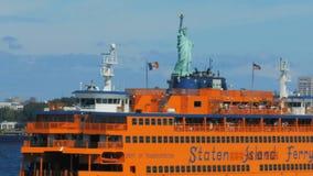 Feche acima de Staten Island Ferry com a estátua da liberdade video estoque
