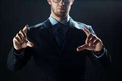 Feche acima de tela virtual tocante do homem de negócios fotos de stock