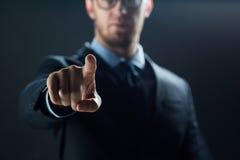 Feche acima de tela virtual tocante do homem de negócios fotografia de stock