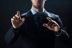 Feche acima de tela virtual tocante do homem de negócios foto de stock