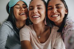 Feche acima de três meninas que tomam um selfie imagem de stock royalty free