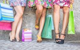 Feche acima de três mulheres com sacos de compras, de opinião do assoalho com saltos altos e de sacos de compras imagens de stock royalty free