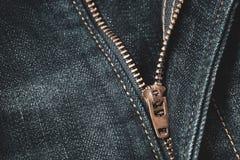 Feche acima de travar o zíper em calças de brim azuis da sarja de Nimes fotos de stock royalty free