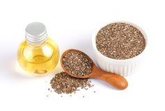 Feche acima de um óleo essencial e das sementes de Chia na colher, no superfood e em ricos de madeira do nutriente um antioxidant fotografia de stock