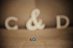Feche acima de um anel de noivado imagens de stock