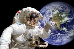 Feche acima de um astronauta no espaço, terra no fundo Fotos de Stock Royalty Free