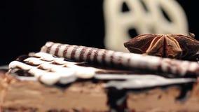 Feche acima de um bolo que contém a massa do noire, o chocolate e o creme superiores da baunilha vídeos de arquivo