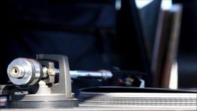 Feche acima de um braço da plataforma giratória com um registro de vinil que dobra-se com o calor do Sun vídeos de arquivo
