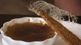 Feche acima de um brule da nata, de um açúcar girado e de um biscoito vídeos de arquivo