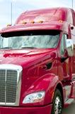 Feche acima de um caminhão do vermelho semi Imagem de Stock