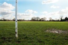 Feche acima de um cargo do objetivo em um campo em The Sun Imagens de Stock