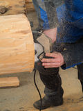 Feche acima de um carpinteiro com uma serra circular da mão Foto de Stock