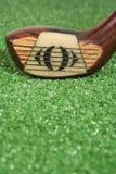 Feche acima de um clube de golfe da madeira do vintage três no endereço Foto de Stock Royalty Free