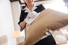 Feche acima de um coxim do sofá que está sendo limpado Imagem de Stock