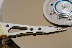 Feche acima de um disco rígido do computador interno imagem de stock