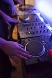 Feche acima de um DJ que trabalha em seu estúdio da música Imagem de Stock