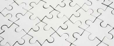 Feche acima de um enigma de serra de vaivém branco no estado montado na perspectiva Muitos componentes de um grande mosaico intei foto de stock