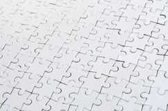 Feche acima de um enigma de serra de vaivém branco no estado montado na perspectiva Muitos componentes de um grande mosaico intei fotos de stock